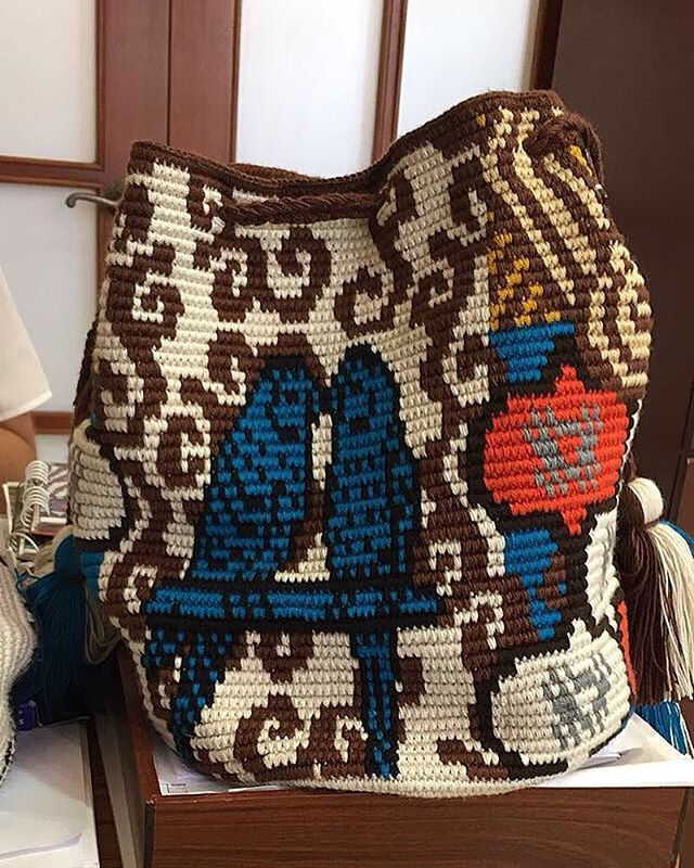Love is in the air! ft. one of our bags from the Batik line! . . . . . #mochibcn #mochilas #crossbodybag #shoulderbag #birds #lovebirds #beach #sun #christmasvacation #nye2017 #bohobags #boho #chic #madeinColombia #fairtrade #ethicalfashion #wayuubags #notawayuu #handmade