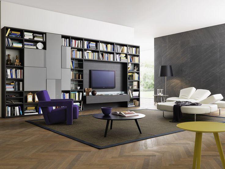 Bücherwand mit integriertem TV und Stauraum hinter geschlossenen Flächen