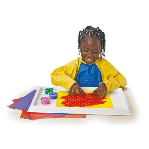 Peindre sur un PAPIER TEXTURÉ HOP503  Les enfants adoreront le toucher de ce magnifique papier. Ils expérimenteront la peinture au doigt d'une manière tout à fait nouvelle. Chaque feuille, imprimée dans une couleur unie vive, présente un relief de motif spécial. 6 modèles originaux avec guide d'activités. Dim 31 x 31 cm. Dès 3 ans.