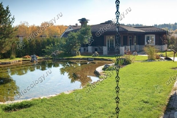 Искусственный водоём между баней и домом