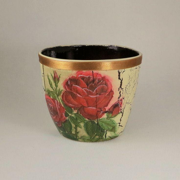 """Osłonka na doniczkę """"Czerwone róże""""wykonane metoda decoupage."""