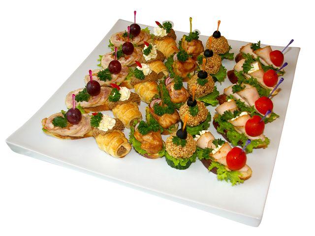 """1460 (канапе с бужениной и пикантным сырным кремом на хлебе, куриные шарики в сезаме на дольке свежего огурца, куриное филе в соусе """"Терияки"""", рогалики с паштетом из куриной печени, канапе с куриным рулетом)"""