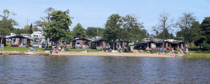 Flotte hytter med fantastisk utsikt kun 20 meter fra sjø og sandstrand.