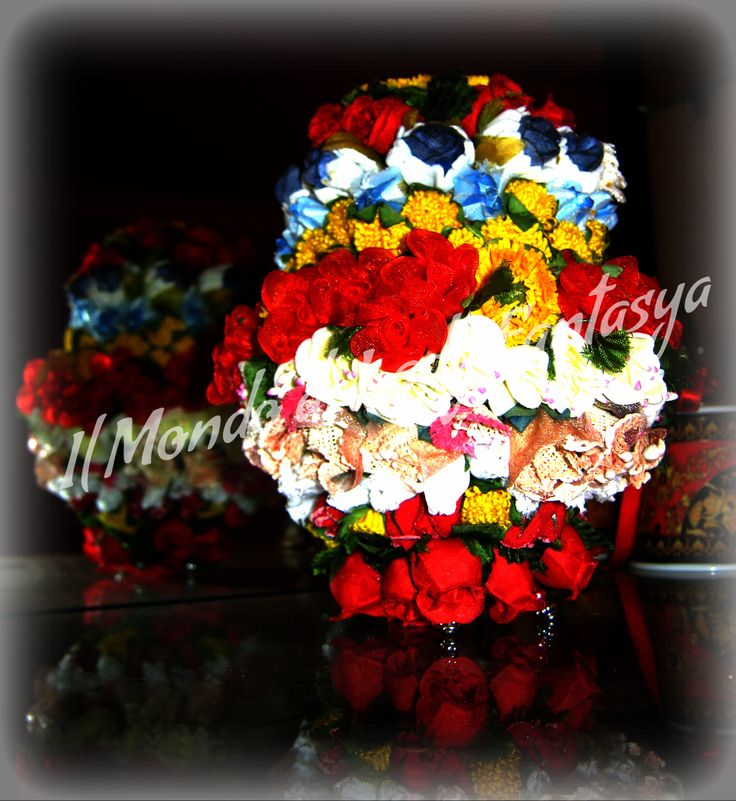 Uovo in polistirolo grande interamente ricoperto da fiori mignon(quelli per le bomboniere) di vario tipo e colore