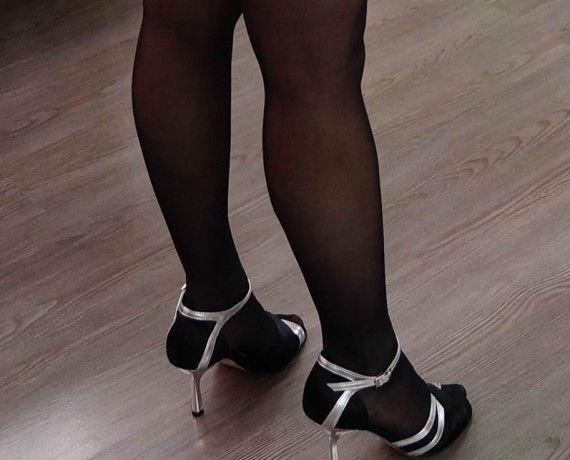 Chaussure de danse et de mariage haut de gamme, fabrication italienne, 100% personnalisable. Souple et confortable. Modèle Gina ici en cuir argent et satin noir.