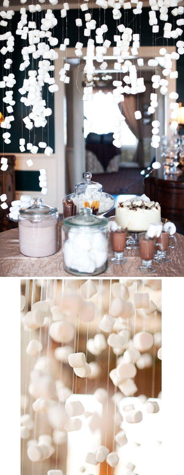 Des marshmallows suspendus pour le bar à bonbons. Pour recréer un décor enneigé, fixer des marshmallows sur du fil en nylon et suspendre le tout au-dessus de la table.