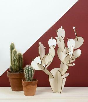 Cactus en bois de peuplier prédécoupé, à monter soi-même. N'espérez pas le voir grandir, mais comptez sur lui pour embellir votre intérieur. Création Papier Tigre (Paris, France).