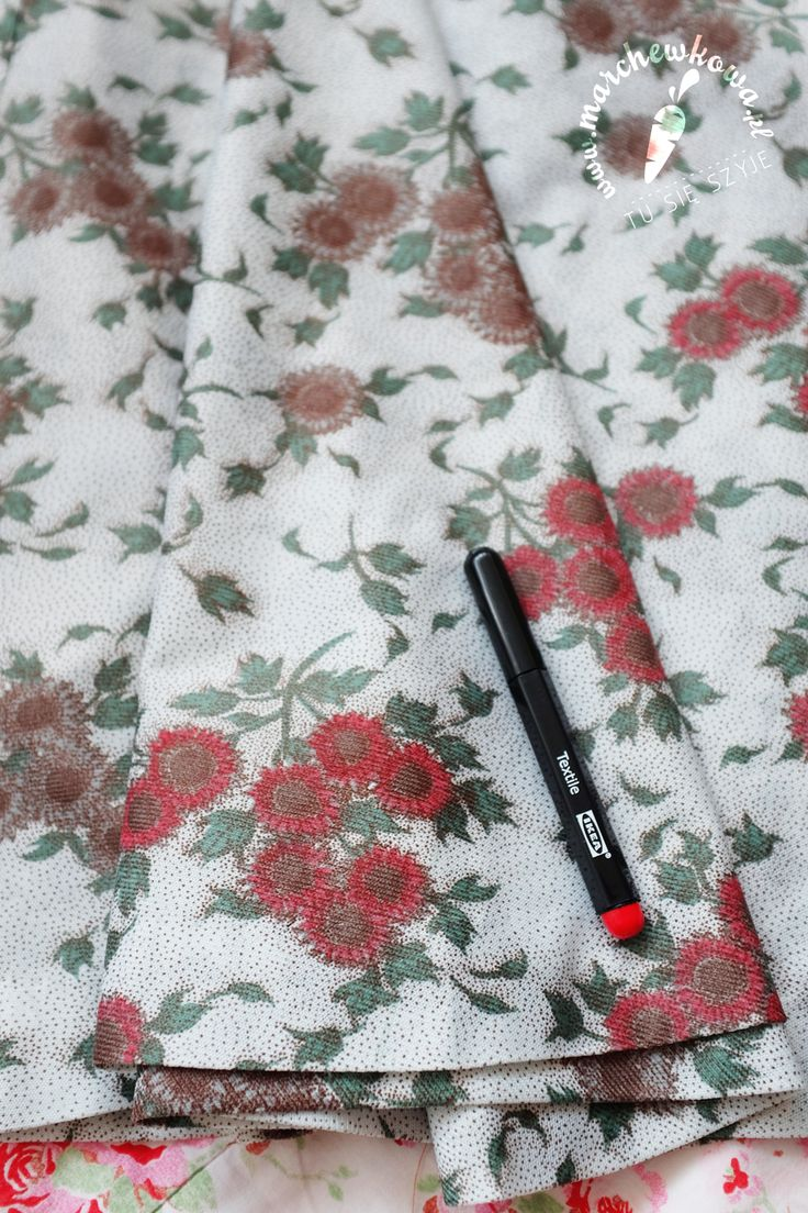 Revamping my gradma's vintage dress with Ikea textile marker pens.