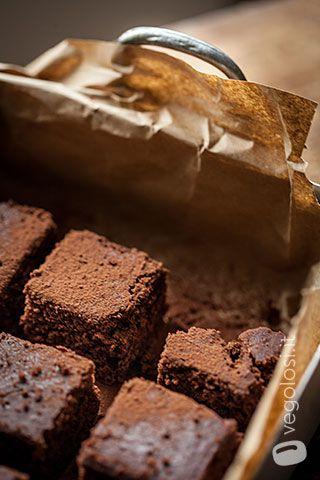 La Torta vegan al cioccolato é un dolce classico saporito e goloso, in questa versione la torta è stata preparata con lo yogurt che gli dona morbidezza.