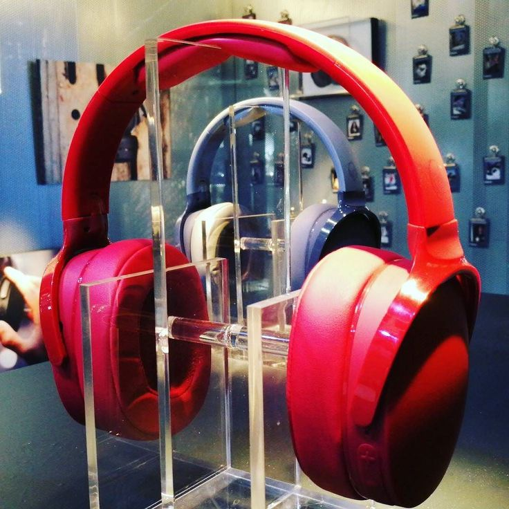 #IFA This is the new #Skullcandy #Hesh3 wireless stereo headphones. Evolution shows this has the thinnest plastic hinges to date but it does look classy