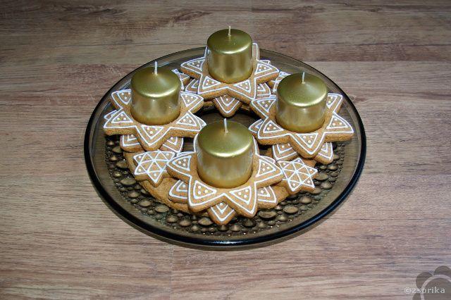 Mézeskalácsból készült adventi koszorú.