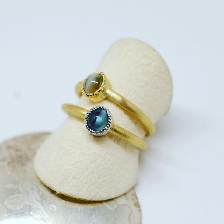 alexandrite cat's eye  and chrysoberyl cat's eye bezel setting K22YG ring アレキサンドライト・キャッツアイとクリソベリル・キャッツアイのK22YGリング #jewelry #alexandrite #chrysoberyl #catseye #gold #gemstone #ring