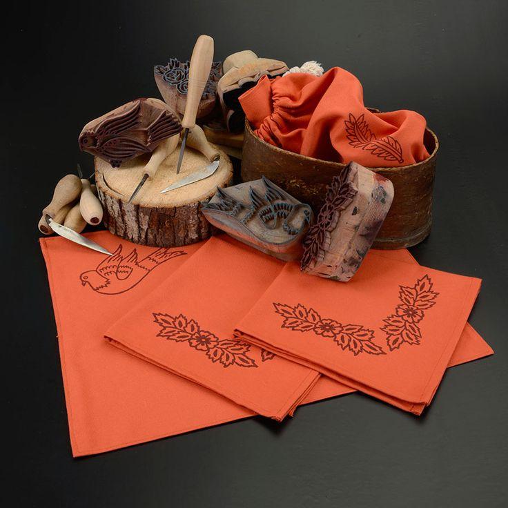 Kader Kısmet Atölyesi, Bige Ökten'in Sahi İstanbul için tasarladığı Çingene Çeyizi koleksiyonuna hayat verdi. Gelinin damada verdiği mesajları sembolize eden tavuk, horoz, kuş, çiçek motifleri ıhlamur ağacından kalıplara oyularak yazma tekniğiyle kumaşlara tek tek elle basıldı. Keyifle kullanacağınız, dilerseniz hediye edebileceğiniz çok şık bir set.