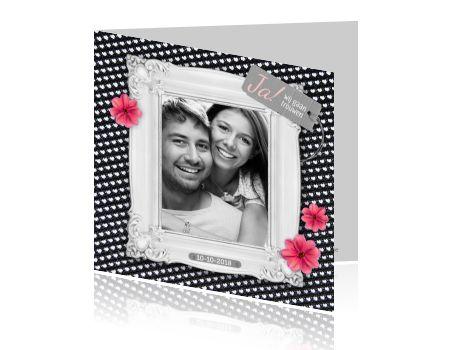 Lieve uitnodigingskaart voor bruiloft, met een groot hart op een rode achtergrond en tekst JA! Met een zelf gemaakte foto. Stuur iedereen deze design trouwkaart voor jullie grote dag en maak zelf jou eigen ontwerp. Hippe trouwkaart van Luckz.