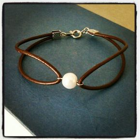 Bracelet made with real leather and pearl bead. Follow me on Instagram for updates on upcoming and new jewelery to my Etsy shop: alanak_crafts