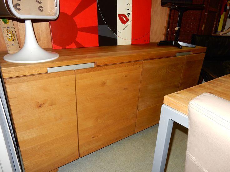 Modern design massief blank eiken dressoir in zeer goede staat. De afmetingen zijn 180 cm breed, 42 cm diep en 80 cm hoog. De kast kan gecombineerd worden met de bijpassende salontafel en eettafel, zie overige advertenties. Prijs € 285.00.