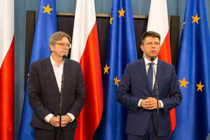 Na pytanie, czy w Unii Europejskiej znane są problemy z Trybunałem Konstytucyjnym w Polsce, Guy Verhofstadt odpowiedział:  – Niestety wszyscy nagle, od kilku miesięcy, stali się specjalistami w tej sprawie. To nie powinna być kwestia, nad którą powinny toczyć się dyskusje na poziomie europejskim. Jeśli w Polsce byłby zachowany porządek konstytucyjny, to nie byłoby takiego problemu.  – Nie rozumiem nagonki Polskiego rządu na Komisję Wenecką, skoro.....