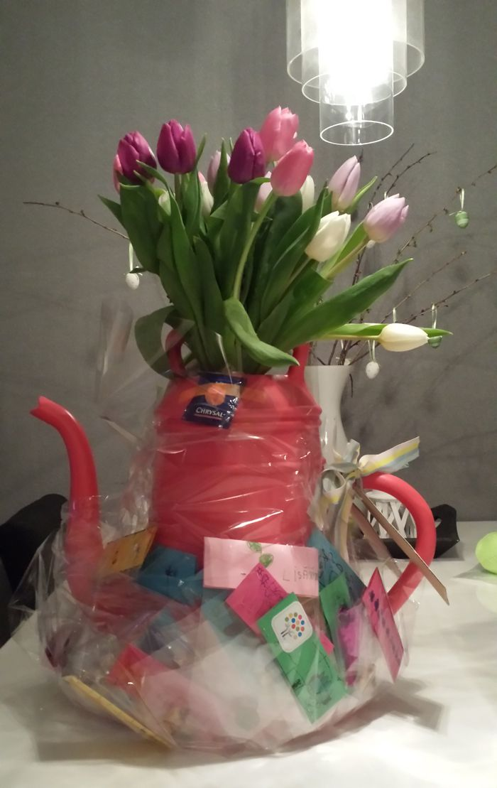 Kado voor de juf, met bij de gieter van elk kind een bloembolletje (met persoonlijk label)