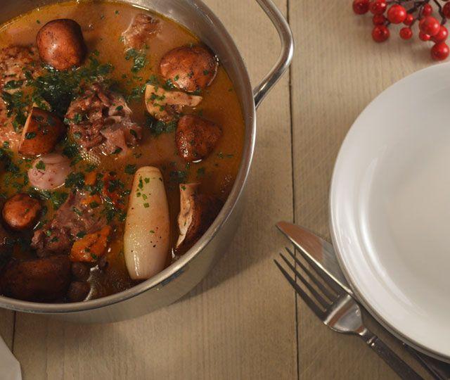 Coq au vin, een echte Franse Klassieker. Vol van smaak, bomvol kip, groenten, kruiden en volle rode wijn. Stap voor stap recept van Coq au vin.