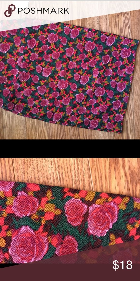 BNWT size small LLR Cassie Beautiful floral to add to basic white or black shirt, some heels, and you're ready for work or date 🌺 LuLaRoe Skirts Pencil
