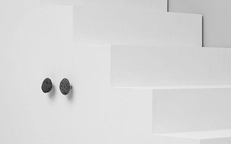 """#StoneGarderobenhaken von #NormannCopenhagen  Die wunderschönen Garderobehaken """"Stone"""" von Normann Copenhagen bringen ein Stück Island ins Haus. Jeder ist ein einzigartiges Stück Gestein und variiert in Größe und Form. Die natürliche Optik wird durch Variation verstärkt- besonders an schlichten Wänden, in Küche und im Badezimmer, einzeln oder zu mehreren in Szene gesetzt. Denn jeder braucht einen Haken zuhause- besonders diesen, denn ein Stein ist niemals """"nur ein Stein"""" Gefunden auf…"""