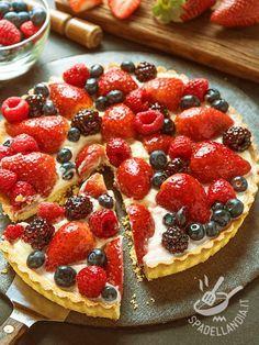 Crostata di yogurt ai frutti di bosco: fresca, delicata, profumata, questa delizia è l'idea giusta per quando si vuole rimanere leggeri con un dolce.