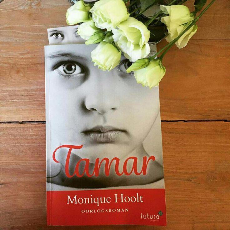 """Super, schrijfster Mirjam Hildebrand heeft een mooie recensie van 'Tamar' geschreven: """"Tamar vertelt het aangrijpende verhaal van een dappere pleegmoeder, een jonge vrouw in een concentratiekamp en een opgroeiend meisje. Soms zijn boeken over de oorlog te moeilijk geschreven. Deze niet. Het leest erg fijn, terwijl je de dilemma's en angsten van de hoofdpersonen doorleeft. Niet te zwaar, wel rauw en precies goed. Prachtig debuut van Monique Hoolt!"""" #tamar #moniquehoolt #roman #futurouitgevers"""