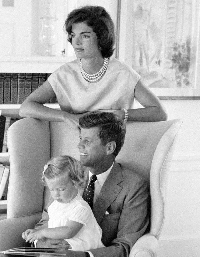 1959. 21 Aout. Hyannis Port. Jackie, Caroline & JFK