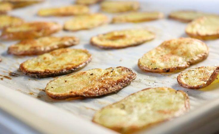 Sind Ihnen die Kartoffelchips aus dem Kaufhausregal zu fettig, zu salzig, oder mit zu vielen Konservierungsstoffen versetzt? Wir präsentieren die gesündere Variante: Kartoffelchips zum selbst zubereiten. Das brauchen Sie: Kartoffeln …