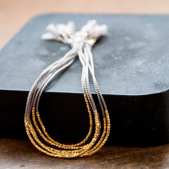 Dieses zarte Seide Armband mit dem kleinsten der kleinen facettiert Gold Perlen, gibt die Illusion eines weiterhin Bar glitzernden Gold oder Silber. Sehr feminin und perfekt darauf ist eigenen, leicht zu tragen Sie Tag und Nacht Hübsche Quaste finish an den Enden.  Angebot gilt für ein Armband.  Vivien Frank Signatur Armbänder machen perfekte Geschenke für sich selbst oder für jemanden, die Sie interessieren.  Informationen:  Kleine zarte facettierten Perlen (Silber oder reinem Silber…