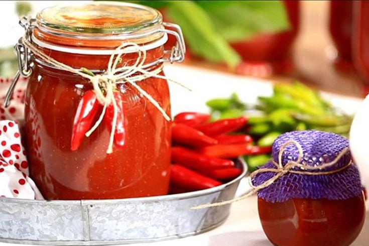 İçerisinde ne olduğunu bilmediğimiz sözde domates ile yapılmış, katkı maddesi konusunda fazlası ile içeriği olan hazır ketçapları lütfen almayın.  Malzemeler:  1 kilo domates  2 orta boy kuru soğan  2 diş sarımsak  34 adet tane karanfil  56 adet tane karabiber  Yarım çubuk tarçın  1-2 defne yaprağı  I tatlı ...