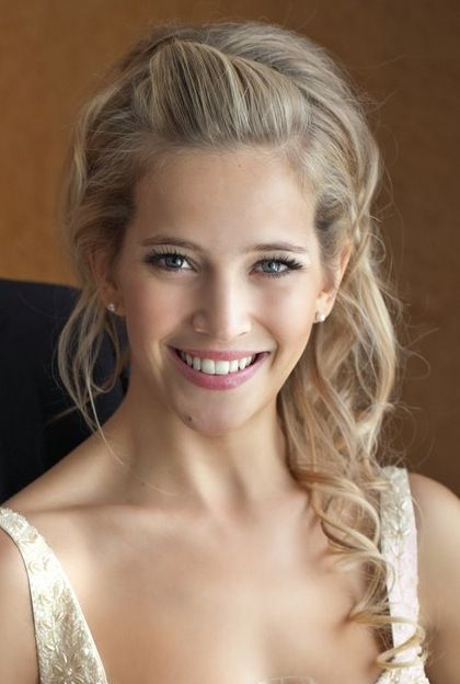 Luisana Lopilato wedding hair. I wish I could get the top of my hair to look that relaxed but still pretty.