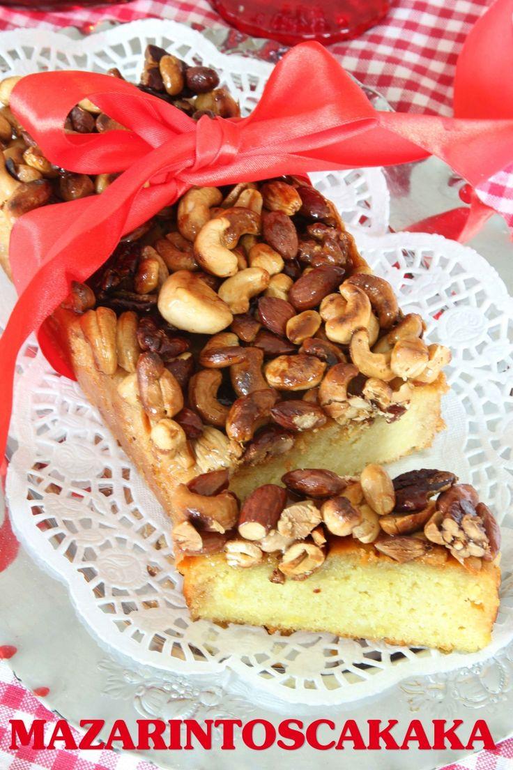 En fantastiskt god och saftig, mjuk kaka med mazarinbotten. Den knäckiga toscan på toppen är en grym kombination. Man kan hacka nötterna grovt om man inte vill ha dem hela. Kakan passar jättebra som en julkaka till adventsfikat, men kan bakas året runt utan att förknippas med julen.