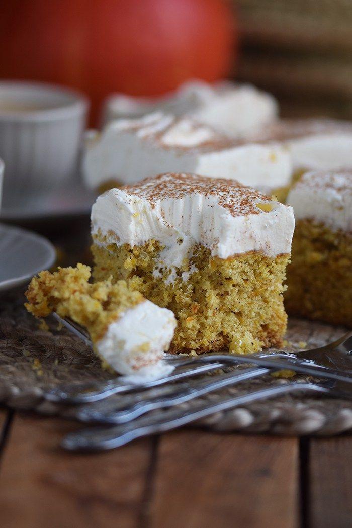 Kürbiskuchen: Fluffiger Herbstkuchen vom Blech – Vera