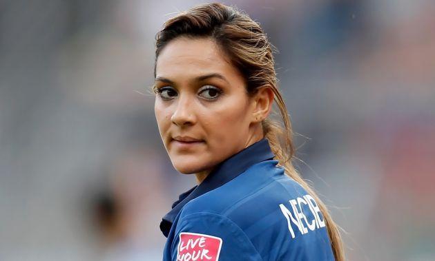 Nommée pour le prix Puskas du plus beau but de l'année en 2013, et présente parmi les dix finalistes du Ballon d'or féminin en 2014, la Française Louisa Nécib n'est pas qu'une beauté, elle assure également sur le terrain. Elle fait même partie des piliers de l'équipe de France.
