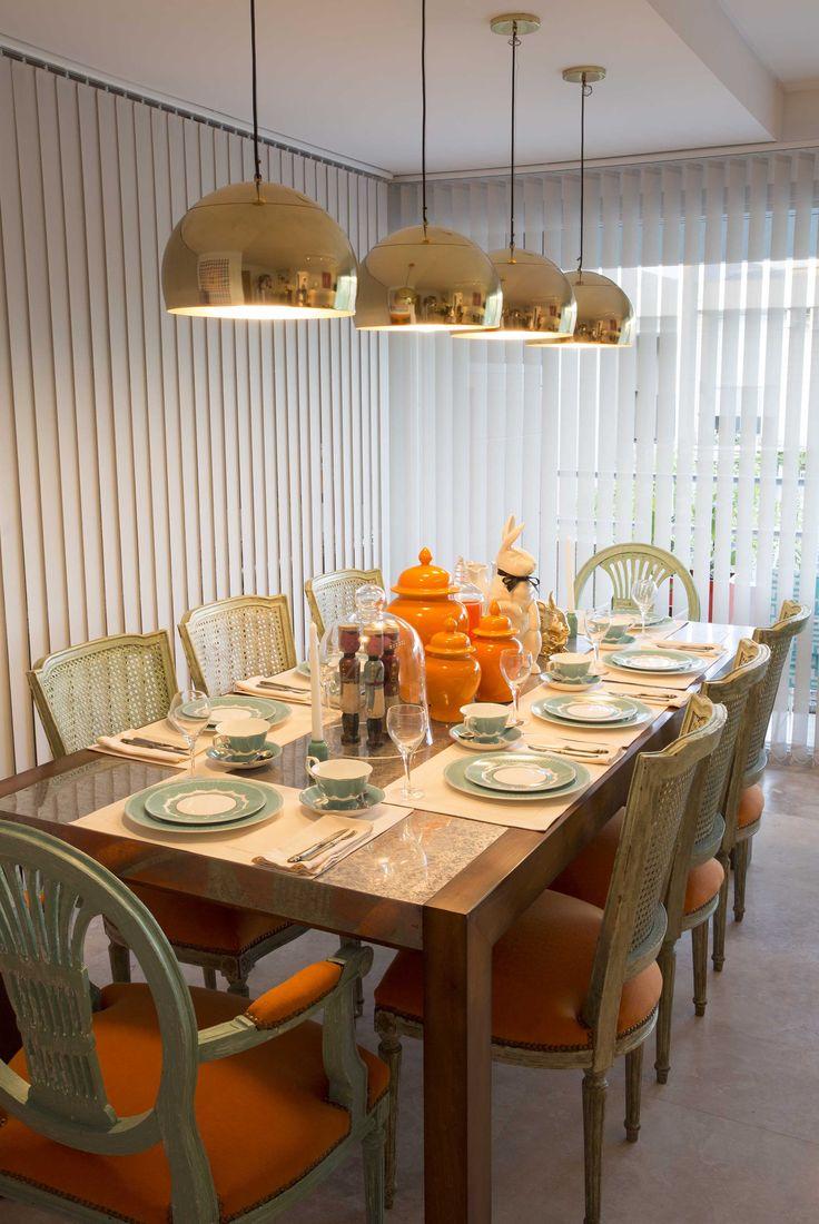 Comedor: mesa de madera con tapa de chapa de zinc, las sillas son estilo francés patinadas en verde acua y tapizadas en naranja hermes. El juego de vajilla es de porcelana china color turquesa. Las lamparas son de bronce que juega muy bien con el naranja de los potiches que están como centro de mesa. Todo es de SALAZAR casa. ESTILO PILAR 2015 BOUQUET