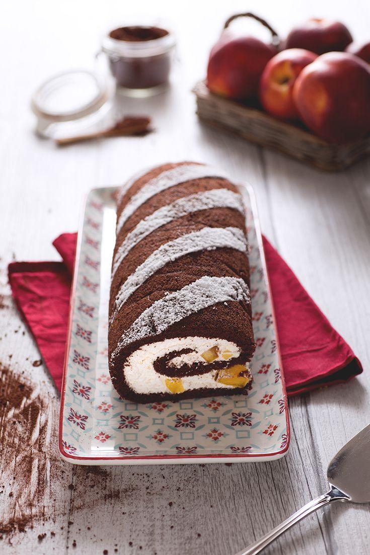 Il #rotolo #senza #glutine al #cacao e #pesche è un soffice e semplice #dessert da sfoderare se si hanno ospiti. In soli otto minuti di cottura questi pochi e semplici ingredienti si trasformano in una vorticosa delizia, da farcire con tanta #panna #vegetale #montata! Le pesche fresche, aggiunte in pezzi, fanno da piacevole contrasto rendendo questo dolce perfetto anche in estate! #ricetta #GialloZafferano #healthyrecipe #italianfood #italiandessert #NuoviVolti Federica