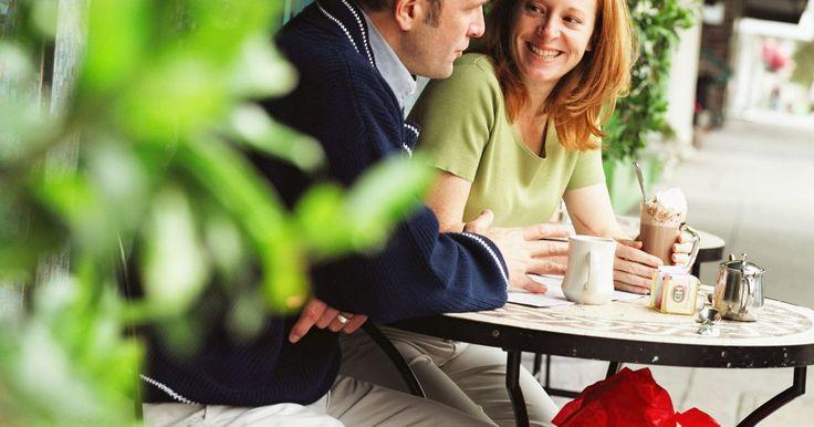Como reaproveitar mesas e cadeiras antigas de ferro forjado. Uma velha mesa de pátio e cadeiras de ferro forjado podem assumir nova vida como mobiliário interno de um solário, sala de jantar, cozinha, ou até mesmo de um escritório em casa ou quarto. O mobiliário antigo em ferro forjado e de alta qualidade possui uma construção de peça única, martelado à mão. A fabricação de móveis de ferro forjado mais ...