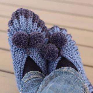❄️ Nuevo patrón ❄️ Con este frío es el momento perfecto para estrenar mis nuevas pantuflas. ☃️ . Estas navidades tejí unas iguales para una amiga y estaba deseando tener las mías. Me encanta este patrón porque al ser en punto inglés, que es súper elástico, sirven ¡desde la talla 36 a la 41! Además están inspiradas en el patrón de unos patucos que ¡tejía mi bisabuela!. Patrón: @pimpamteje - Link en la Bio . #WinterKnitting #Pimpamteje #sleppers #knittingslippers #pantuflas #tejiendopantu...