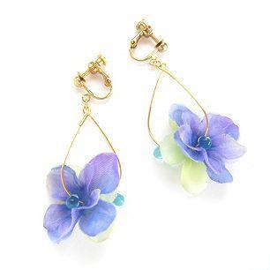 紫陽花の造花をつかったイヤリングです!梅雨にぴったり、ブライダルアクセサリーにも。...