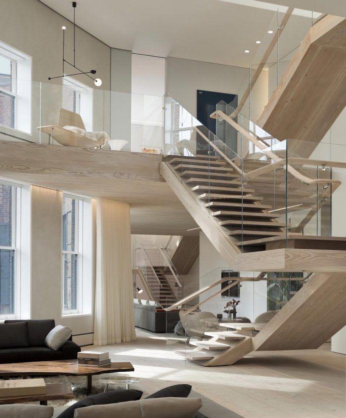 Superior Schöne Moderne Holztreppe Mit Ganzglasgeländer. Die Freitragende Treppe  Dient Als Designelement In Diesem Exklusivem Loft.