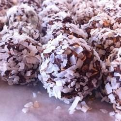 Een favoriet in Zweden, deze chocoladeballetjes (die je niet hoeft te bakken) worden gemaakt met havermout, suiker, cacao, boter en gesmolten chocolade en gerold in geraspte kokos. Je kunt ze ook in hagelslag of geroosterde, fijngehakte amandelen rollen. Serveer ze in papieren mini-vormpjes.