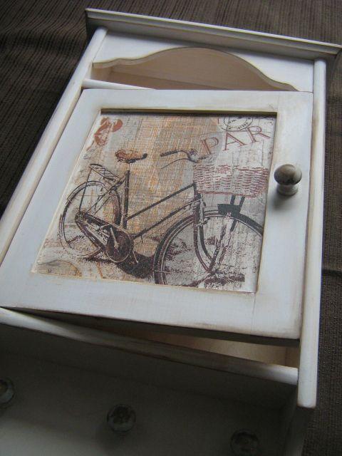 Drewniana szafeczka na klucze, ręcznie malowana i zdobiona metodą serwetkową.