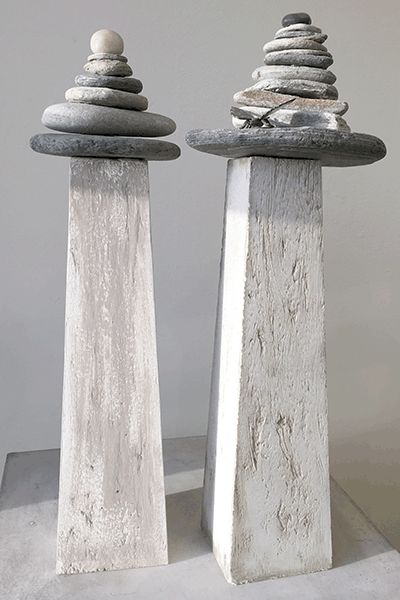 Lighthouse-urn met gestapelde kiezels.