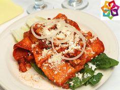 Michoacán te explica: Un platillo típico de Michoacán, son sus enchiladas, aquí te dejamos los ingredientes que necesitas para elaborarlas: crema, 4 onzas de aceite de oliva, 3 zanahorias, 3 papas, orégano, 1 lechuga, 3 tortillas, ajo, cebolla, pimienta negra, 1 onza de vinagre de manzana , 100 gramos de chile ancho rojo y 2 pechugas de pollo.