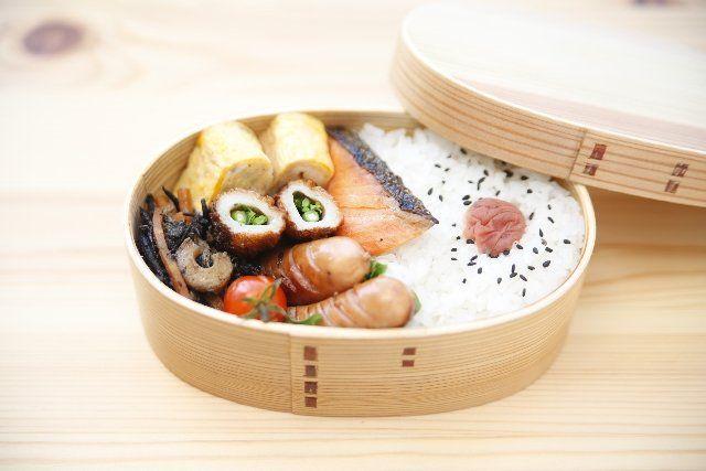 4月19日のマツコの知らない世界では「春のお弁当の世界」が特集されました! 冷めてもおいしいおかず&最新お弁当箱をご紹介します! 案内人は野上優佳子さんです。  世界のお弁当箱! まず初めに世界のお弁当事情が紹介されました! お弁当の文化ももちろん日本だけではなく世界各国にありますが、日本の「弁当=bento」はそのまま「bento」で通じる言葉になっているほど世界に認知された文化なんだそうです。 野上さんが持ってきた世界のお弁当箱にはこんなものがありました。 イギリス SANDWICH ON BOARD・・・木の蓋がそのままカッティングボードになるお弁当箱 イギリスではサラダやチーズ、ハムなどをそのまま入れるのが主流だそうです! オランダ Aladdin 0.6LitreBentoLunchbox・・・保温性があるお弁当箱。デザイン賞も受賞している。 番組では野上さんが作った「ヒュッツポット」というオランダの郷土料理を中に詰めて持ってきていました! ヒュッツポットとは、マッシュポテトに人参、たまねぎなどを混ぜたオランダの郷土料理のことです。…