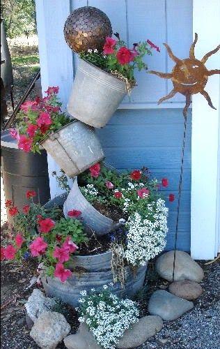 Nul besoin de se ruiner pour embellir son jardin, il suffit de rapatrier quelques objets oubliés du grenier, de les customiser à votre goût, de les agrémenter de jolies fleurs et de les mettre en valeur dans le jardin . Voici donc quelques idées récup pour décorer votre jardin à moindre coût.....