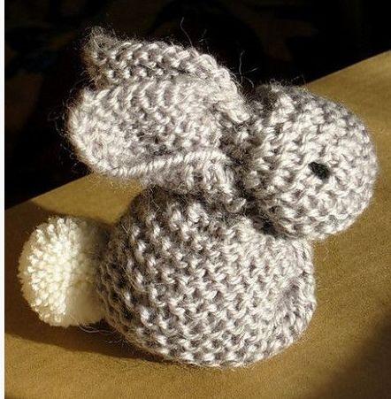 Een lief konijntje om te breien.Je breit een vierkant lapje en jemaakt er een konijntje van.De grootte van hetgebreide lapje …