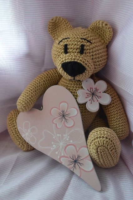 Medvídek s kytičkou a srdíčkem