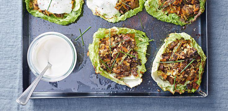 Le foglie di verza si riempiono di funghi e pane ai cereali in questo appetitoso e sfizioso piatto vegetariano. Prova la ricetta di Sale&Pepe.